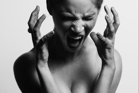 Reacción de una mujer al enterar que tiene un enfermedad de transmisión sexual